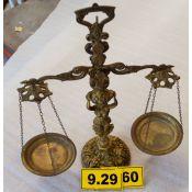Balanza decorativa de bronce.